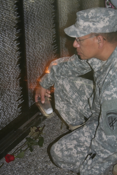 soldier-searches-names-memorial-wall