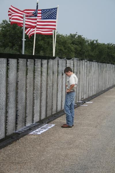 searching-vietnam-memorial-wall-traveling